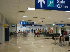 Sala de llegada nacional e internacional en la planta baja.
