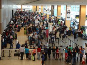 Interiores del Aeropuerto Internacional Jorge Chavez.