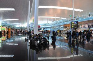 Estación de espera para los autobuses de Aerobús con ruta al Aeropuerto de  Barcelona.