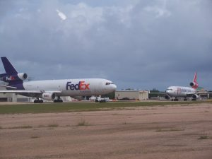 Avión de Fedex en el Aeropuerto de Aguadilla