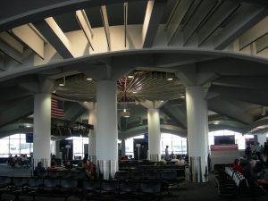 Interior del Aeropuerto General Mitchell