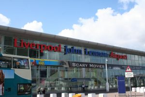 Fachada principal del Aeropuerto John Lennon