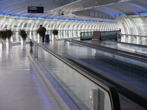 Corredor interno del Aeropuerto Internacional de Mánchester
