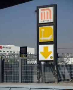 Señal que indica la ubicación de la estación de Terminal Aérea