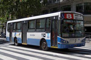 Autobús de la Línea 8 con ruta al Aeropuerto Ezeiza.
