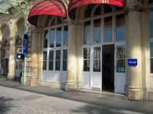Entrada del hotel Kyriad Prestige en París.