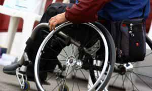 A las personas en sillas de ruedas se le permitirá el acceso.